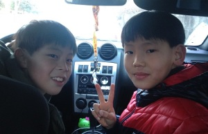 Samsungwon kids check out Anthony's car