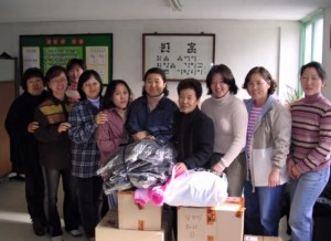 The first pre-KKOOM Samsungwon gift drive with Samsungwon staff members and KKOOM co-founder, Aimee Jachym (third from right)